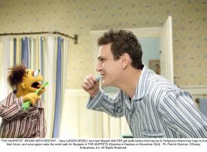 Gary (Jason Segel) und Walter beginnen den Tag trotz vollem Mund singend.